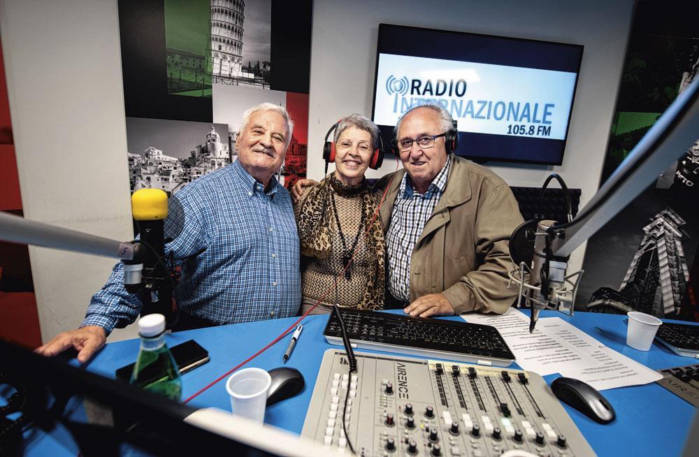 De neven Fortunato Santelia bij de radiopresentatrice., belgaimage