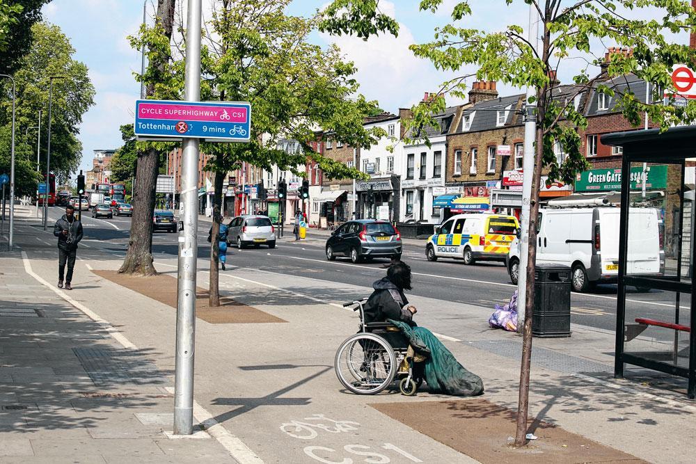 1. TOTTENHAM  Tottenham était considéré comme l'un des quartiers les plus prestigieux de Londres au milieu du siècle dernier. Aujourd'hui, il a mauvaise réputation. High Road (photo) résume bien ce que le quartier représente : vivant, multiculturel, mais aussi dégradé et un peu menaçant., matthias stockmans