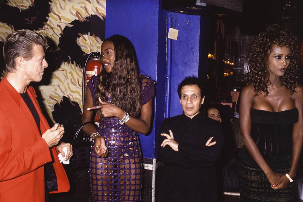 David Bowie et son épouse Iman à droite avec Naomi Campbell et Azzedine Alaïa lors d'une soirée en septembre 1991 à Paris, France., Getty Images