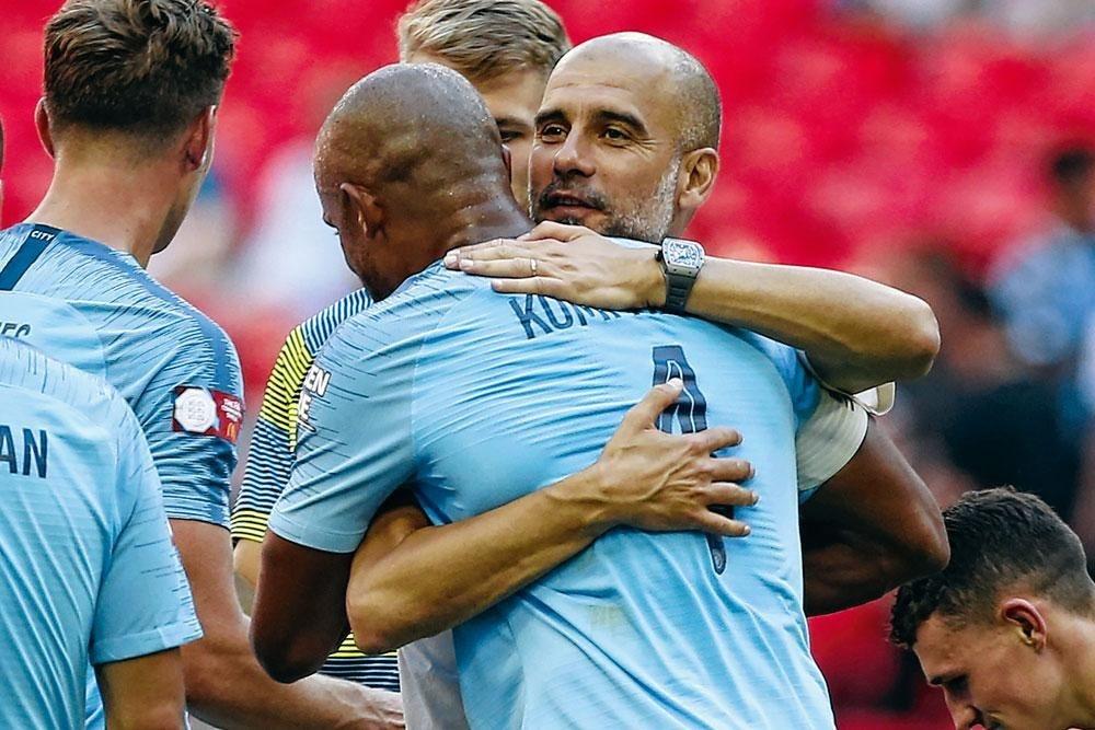 Pep Guardiola omhelst Vincent Kompany., belgaimages