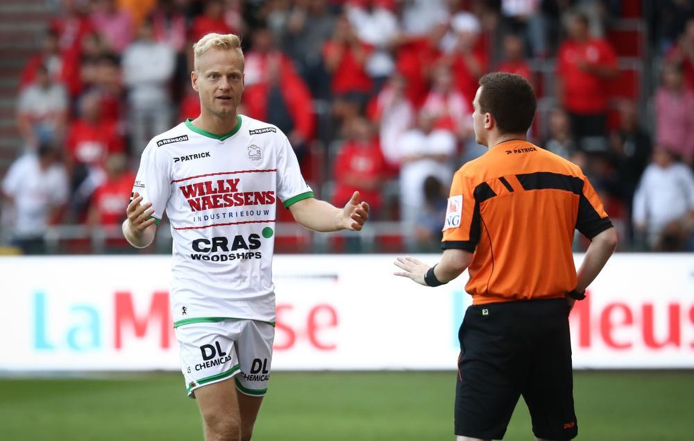 Olivier Deschacht haalde als laatste man de doorgebroken Amallah neer, de verdediger mocht met rood gaan douchen., BELGA