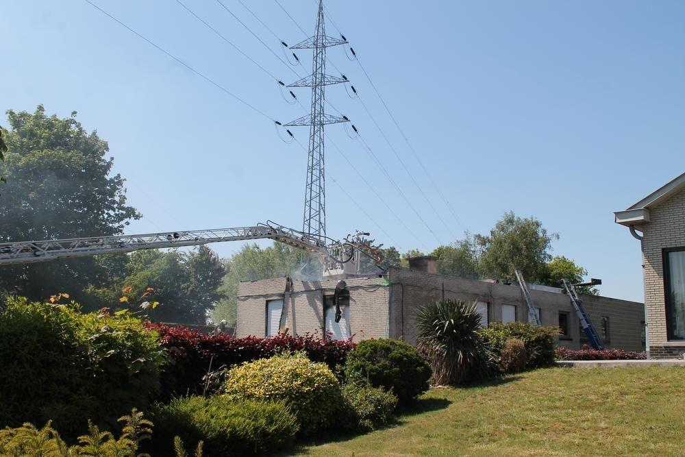 De politie probeerde met heel wat brandladders bij de brandhaard te geraken., RSB