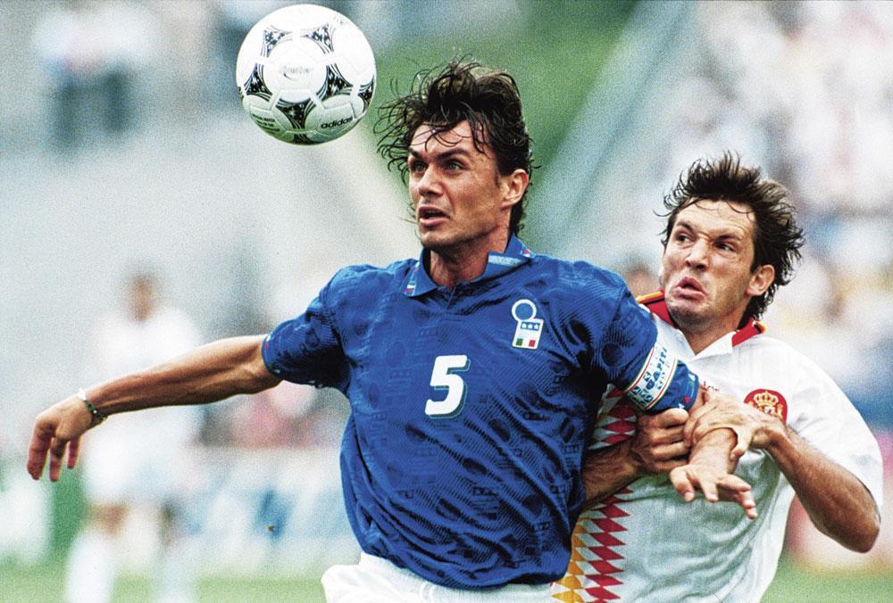 Paolo Maldini in duel met de Spanjaard Andoni Goicoechea in de kwartfinales van het WK 1994., Belgaimage
