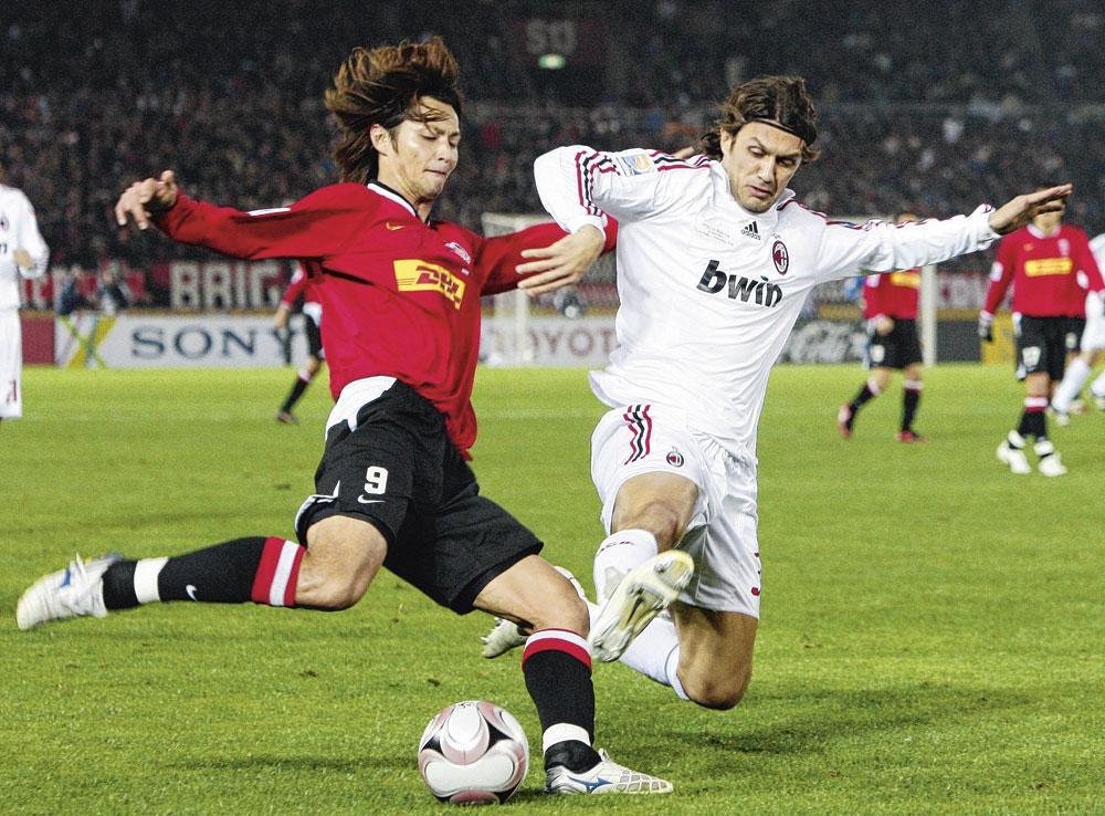 Maldini tackelt Yuichiro Nagai van Urawa Red Diamonds op de Wereldbeker voor clubs in 2007., Belgaimage