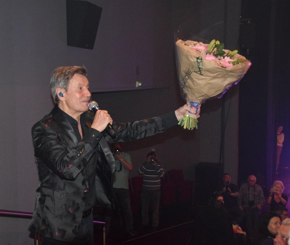 Willy stapte de trappen op met de bloemen in de hand., FODI