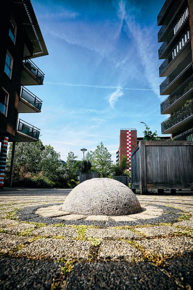 Een betonnen bal als symbool voor de middenstip van Stadion De Meer., DIRK-JAN VAN DIJK