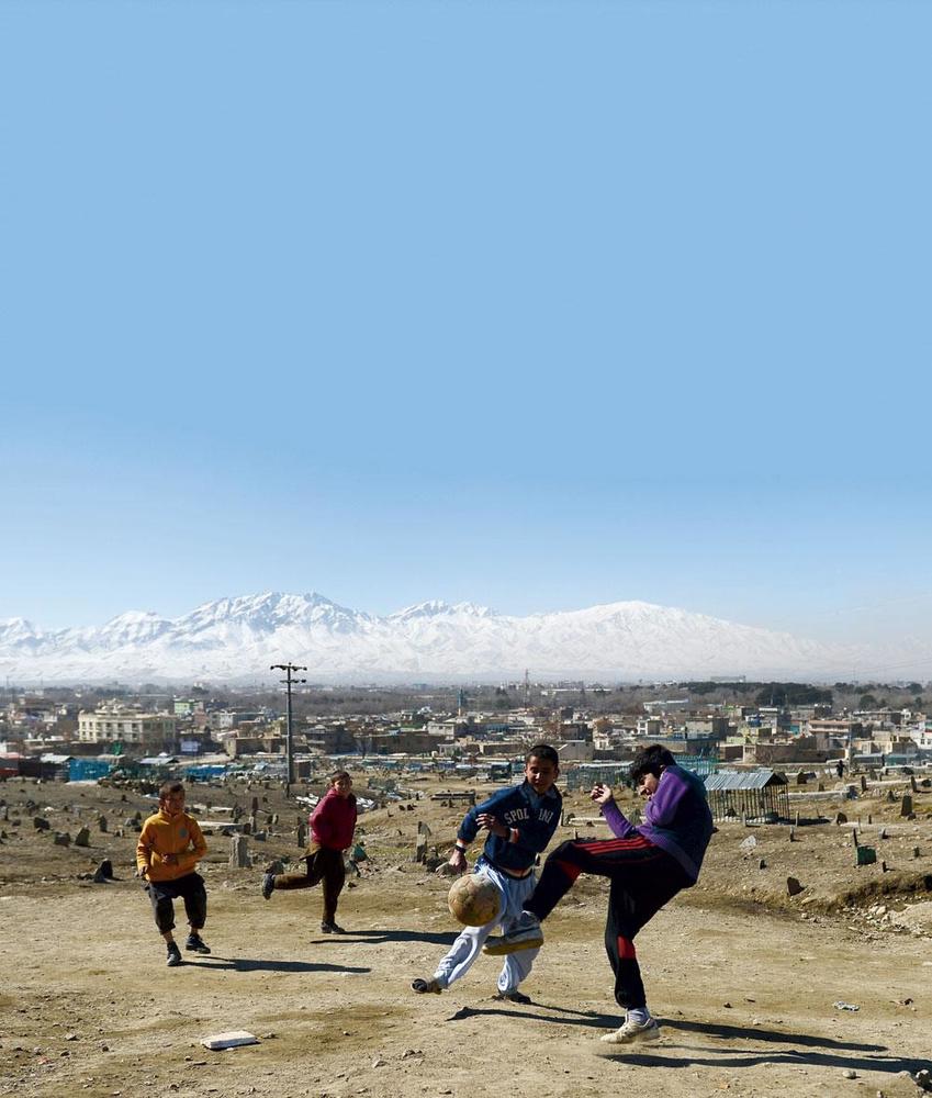 Des enfants jouent au foot à Kaboul. En 2018, un match entre l'Afghanistan et la Palestine a eu lieu dans la capitale, une première depuis plus de 10 ans., BELGAIMAGE - CHRISTOPHE KETELS