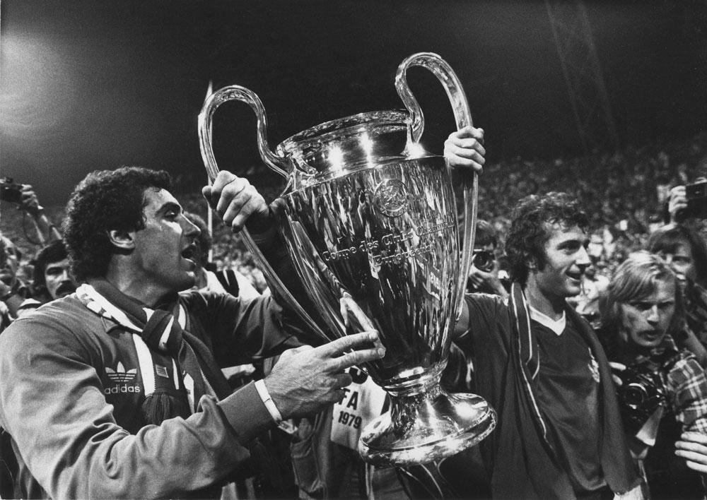 Peter Shilton en Travor Francis, die in de finale tegen Malmö de enige goal maakte, met de Europacup I in 1979., GETTY