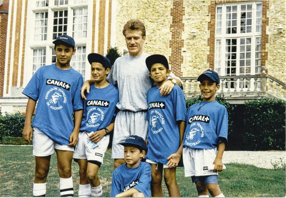 Een kleine Samir Nasri, middenonder, en Didier Deschamps, met wie hij jaren later een flinke aanvaring zou hebben bij de nationale ploeg., belgaimage - christophe ketels