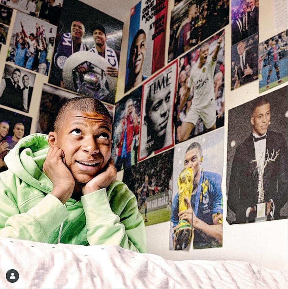 Sur la photo initiale, on découvrait que Mbappé (14 ans) avait placardé sa chambre de photos de Cristiano Ronaldo. Le joueur du PSG a récemment reposté ce cliché, mis à jour avec ses plus grands accomplissements de l'année 2018., BELGAIMAGE