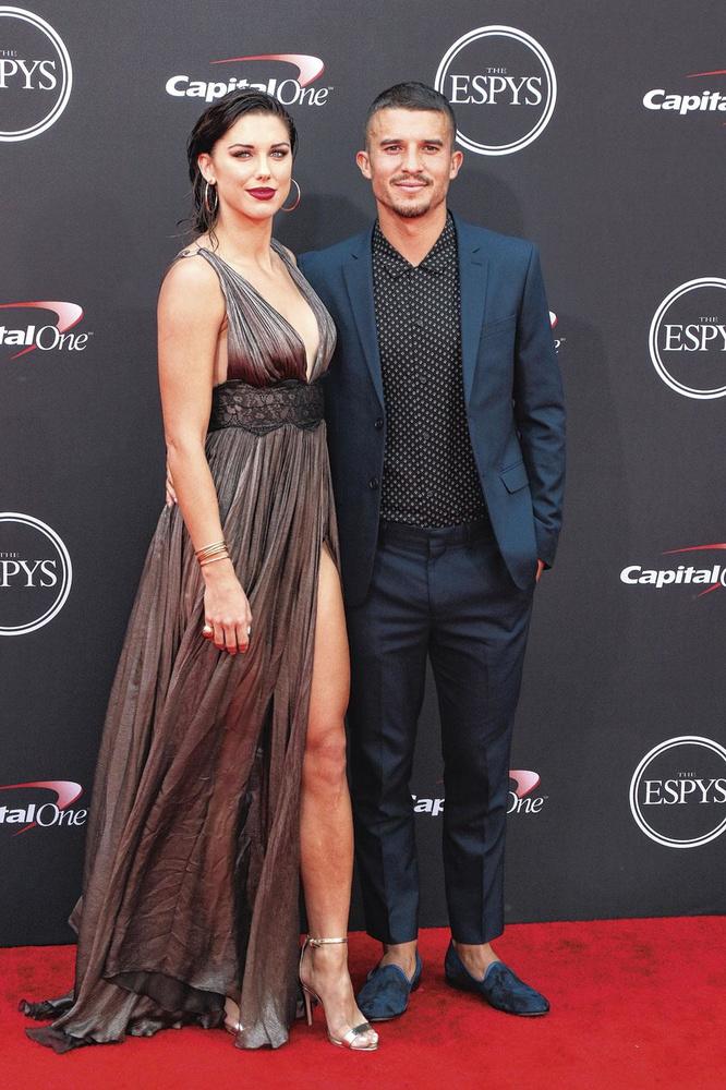Met haar man Servando Carrasco, een voetballer van Mexicaanse origine., belgaimage