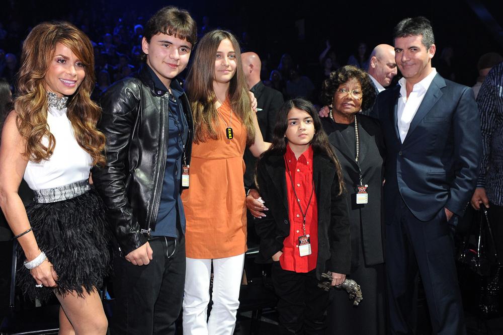 La chanteuse Paula Abul et les enfants de Michael Jackson, ainsi que sa mère, Katherine, Getty Images