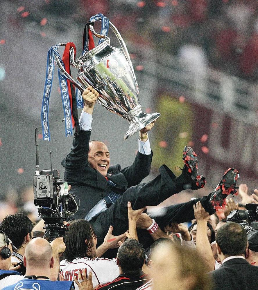 Na de gewonnen Champions Leaguefinale van 2007, de laatste van AC Milan, werd de toenmalige voorzitter Silvio Berlusconi op de schouders gehesen., BELGAIMAGE