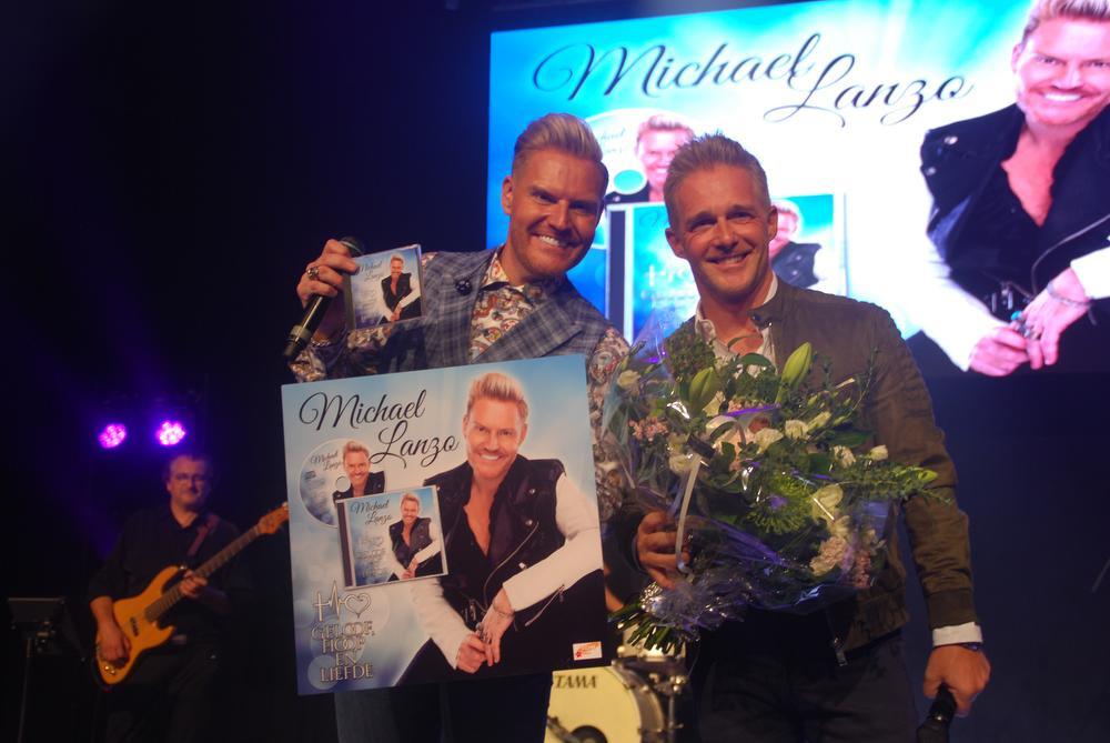 In De Leest in Izegem kwam zanger Christoff als verrassing het eerste exemplaar van zijn nieuw album afgeven aan Michael., FODI