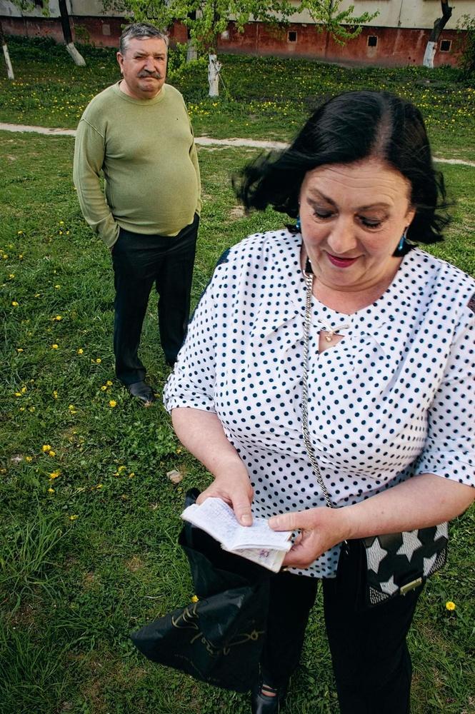 De moeder van Roeslan met het dagboekje van hem dat ze onlangs vond., christian vandenabeele