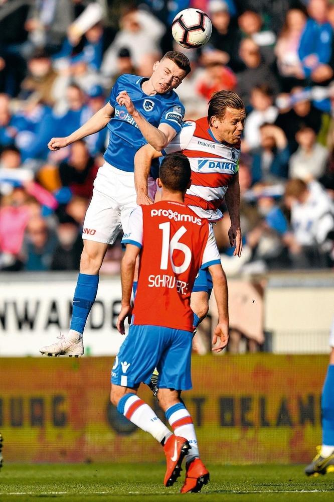 Bryan Heynen troeft Ruud Vormer af in het duel met Club Brugge., BELGAIMAGE