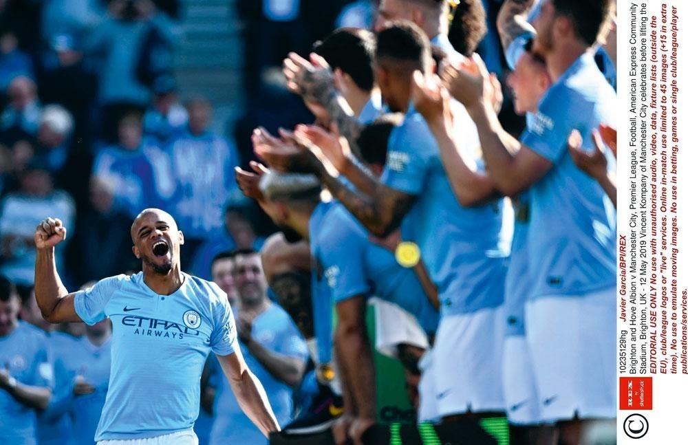 Captain Fantastic wordt gevierd door zijn ploegmaats. Vincent Kompany is een legende geworden bij Manchester City., belgaimages
