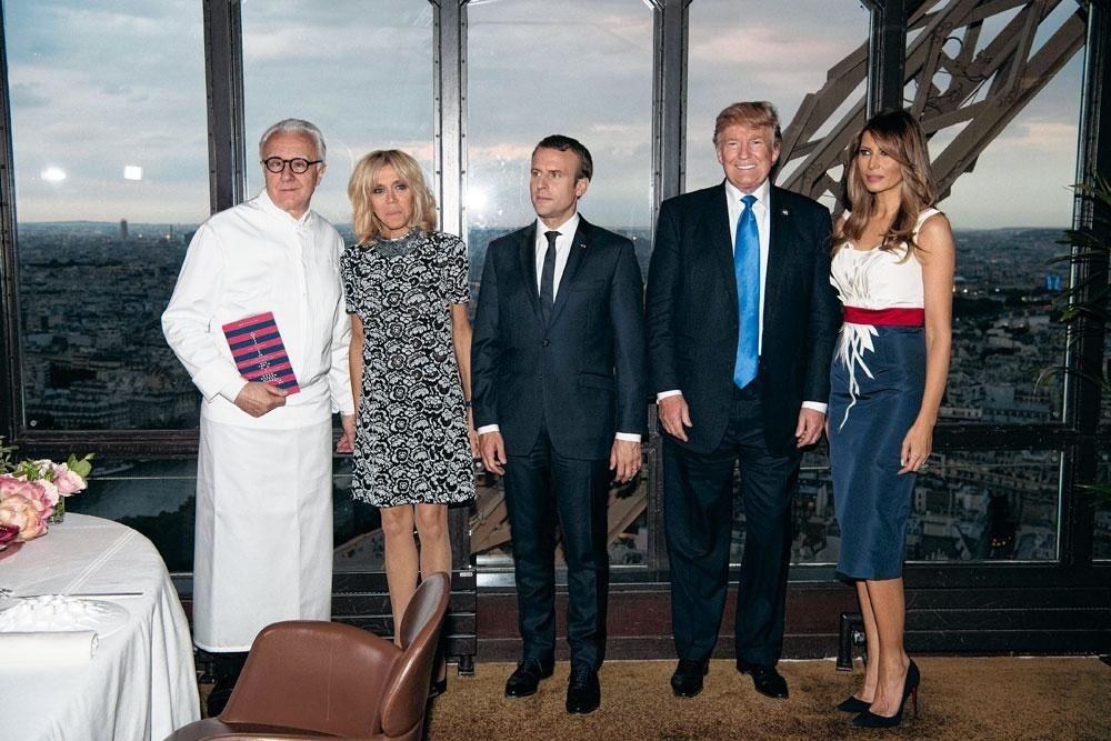 """Alain Ducasse avec les couples présidentiels français et américains au prestigieux """" Jules Verne """", le restaurant de la tour Eiffel, dont il a depuis perdu la concession..., BelgaImage"""