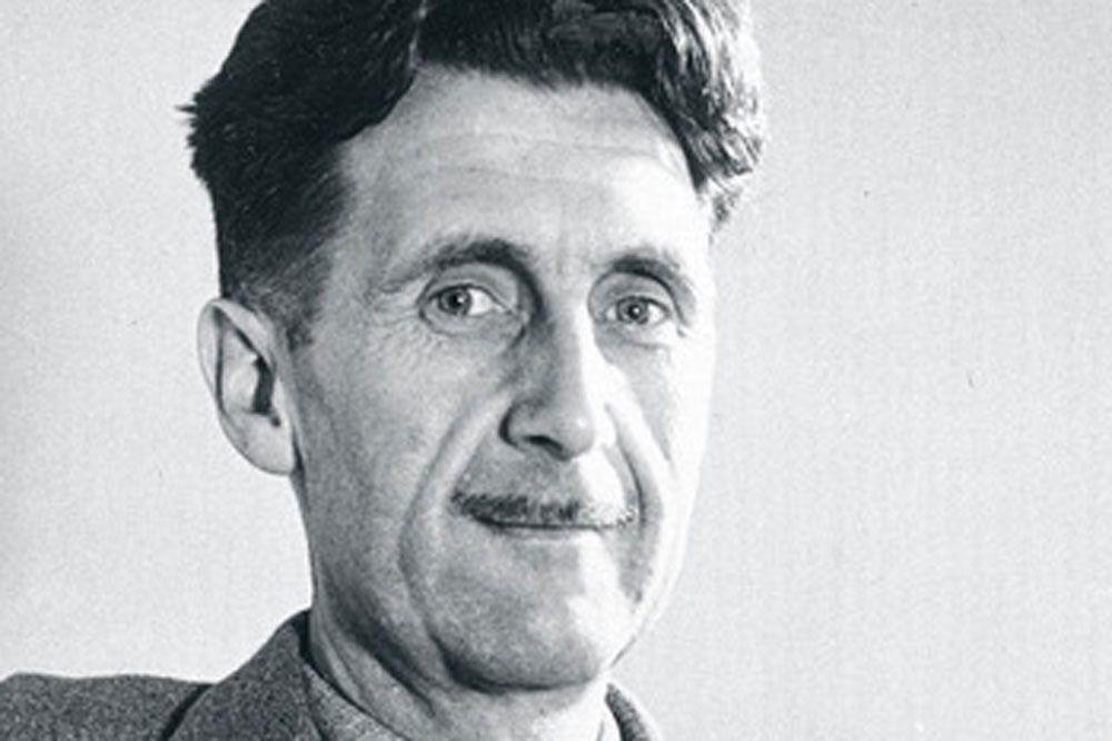 George Orwell (1903-1950). Journaliste et écrivain anglais, George Orwell a construit une oeuvre qui porte la marque de ses engagements contre les totalitarismes nazi et soviétique. Ecrit en 1945, son opus majeur, 1984, est devenu une référence du roman d'anticipation. Il décrit un pays imaginaire dirigé par un régime totalitaire où la liberté d'expression n'existe plus et où les pensées de chacun sont minutieusement surveillées par un parti unique dirigé par Big Brother., Isopix