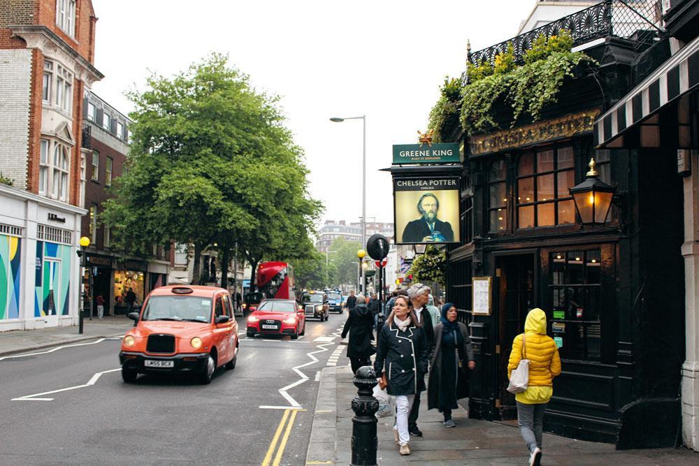 3. CHELSEA In de jaren zestig en zeventig gold Kings Road in Chelsea als het hoofdkwartier van tegencultuur en rock-'n-roll. In Chelsea Potter kon je er Mick Jagger of George Best spotten aan de bar., MATTHIAS STOCKMANS
