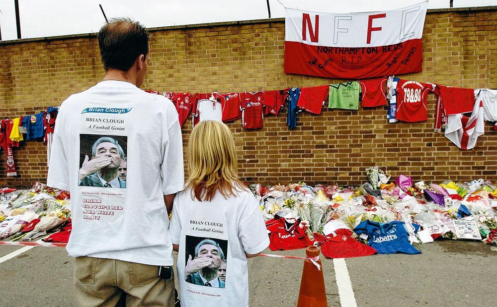 Een eerbetoon van de fans na het overlijden van Brian Clough in september 2004., GETTY