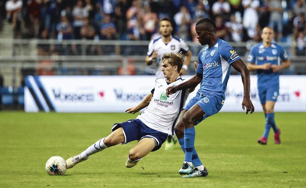 Sieben Dewaele aux prises avec Ally Samatta lors du match Genk-Anderlecht. Vincent Kompany croit fermement en lui., BELGAIMAGE