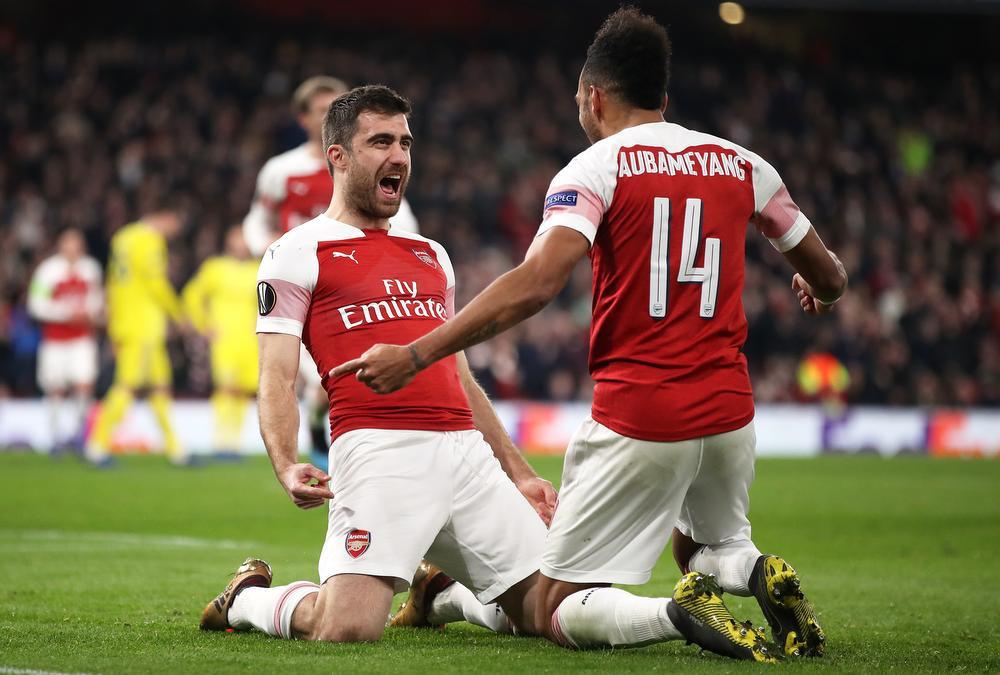 Sokratis Papastathopoulos en Pierre-Emerick Aubameyang van Arsenal vieren een doelpunt., BELGAIMAGE