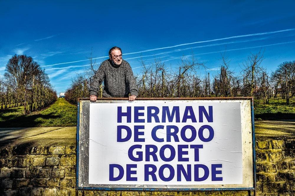 Herman De Croo bij een van de vijftien borden die hij voor de Ronde van Vlaanderen in heel Brakel laat opstellen., KOEN BAUTERS