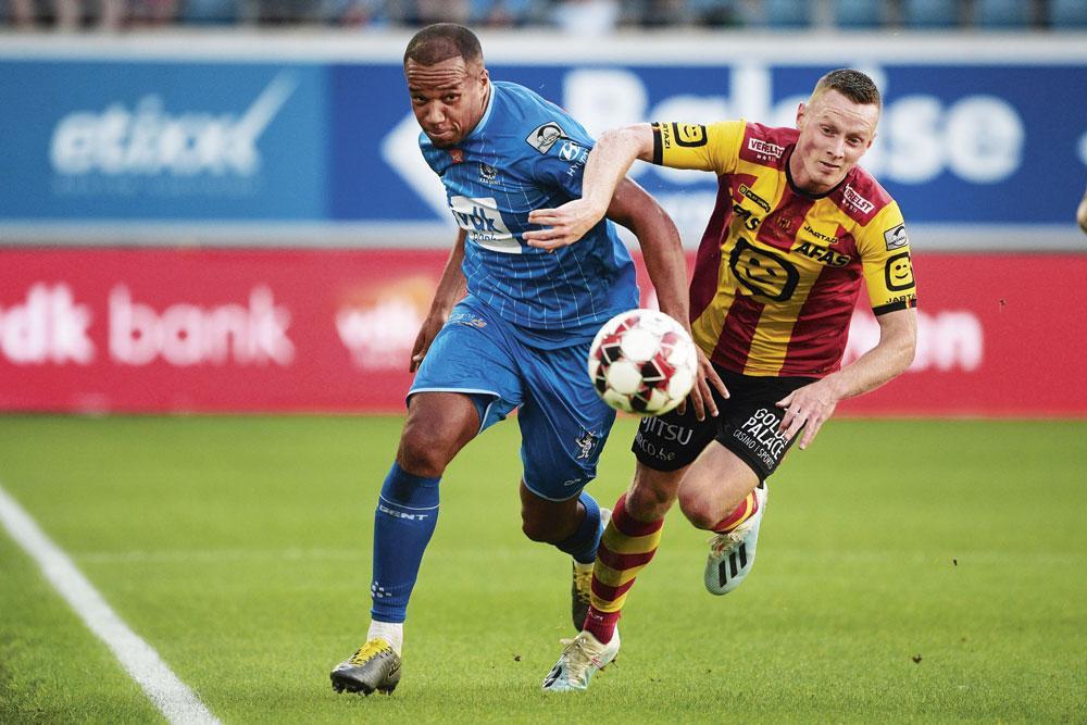 KAA Gent - KV Mechelen 3-0  Vadis Odjidja (hier in duel met  Rob Schoofs) was de uitblinker tegen een onherkenbaar Malinwa. De Buffalo's heersten van begin tot eind., BELGA