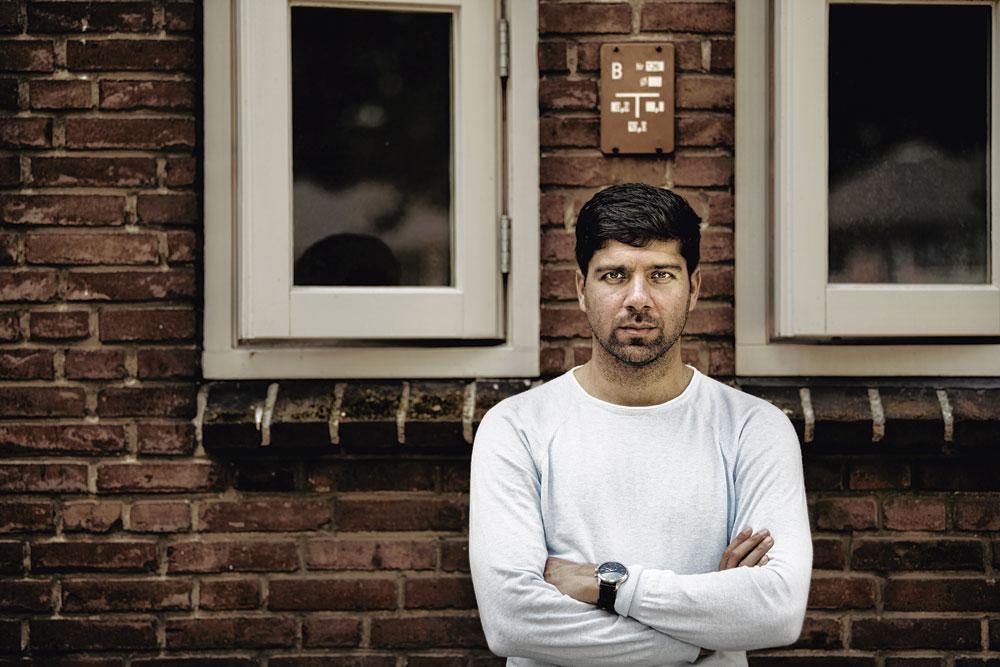 """Le coach afghan devant sa maison à Wijchen, aux Pays-Bas : """" Je ne serai jamais un premier choix en D1 néerlandaise """"., BELGAIMAGE - CHRISTOPHE KETELS"""