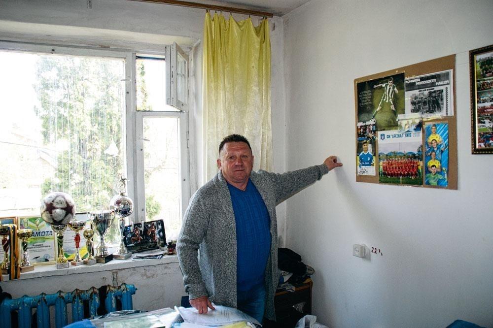Sergey Zalalko, de eerste coach van Roeslan, in het secretariaat van zijn eerste club., christian vandenabeele