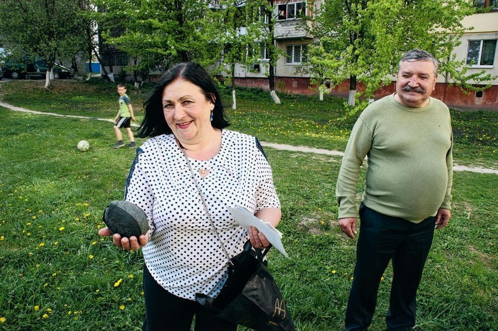 Ekaterina, de moeder van Roeslan, toont zijn eerste bal, gemaakt van kousen. Vader Vladimir kijkt toe., christian vandenabeele