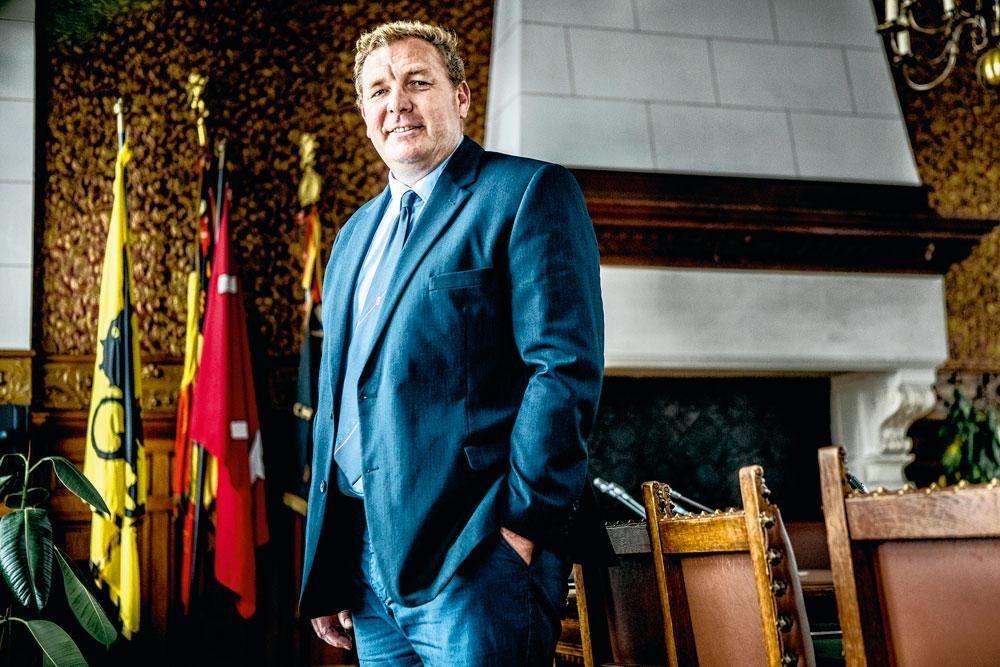 """MAARTEN DE VEUSTER """"In 2003 was het reisbureau mijn beroep en de politiek mijn hobby. Vandaag is dat omgekeerd."""", Emy Elleboog"""