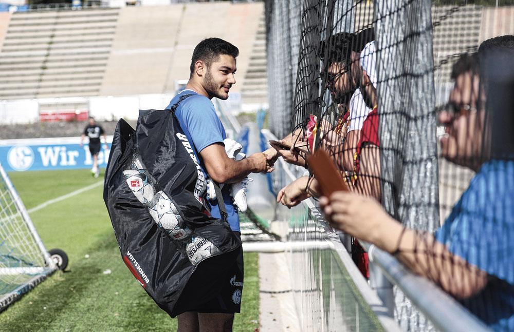 Le défenseur Özan Kabak devrait attirer la communauté turque à la Veltins Arena., belgaimage