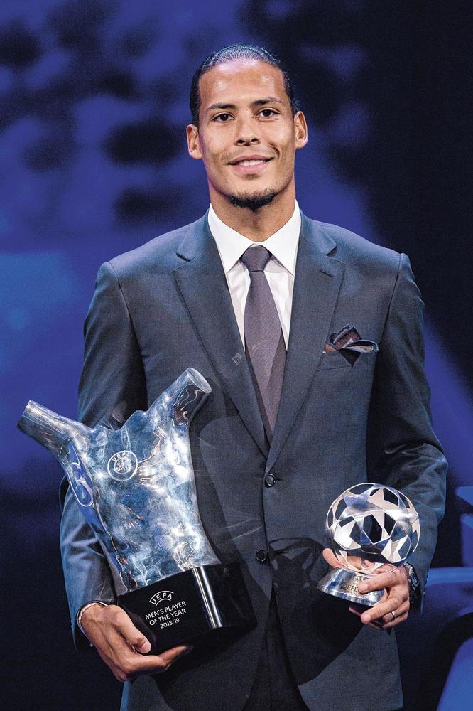 Virgil van Dijk et ses trophées de Meilleur Défenseur et Meilleur Joueur de la dernière édition de la Champions League., GETTY