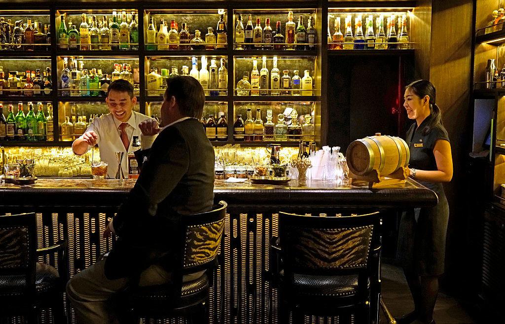 De Bamboo Bar in het Mandarin Oriental Bangkok, een van 's werelds beste hotels., Getty
