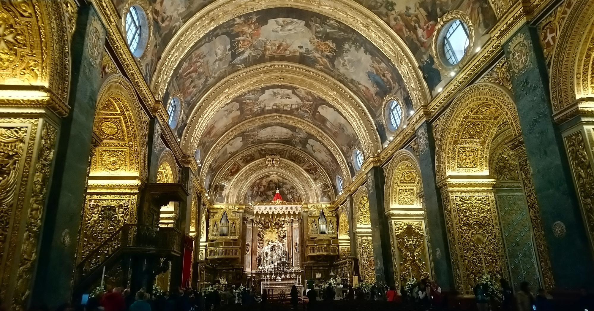 La co-cathédrale Saint-Jean, située à La Valette, est un édifice surprenant qui associe une façade sobre issue de l'architecture de la Renaissance, à un intérieur baroque riche en décorations et en dorures., Mailys Chavagne