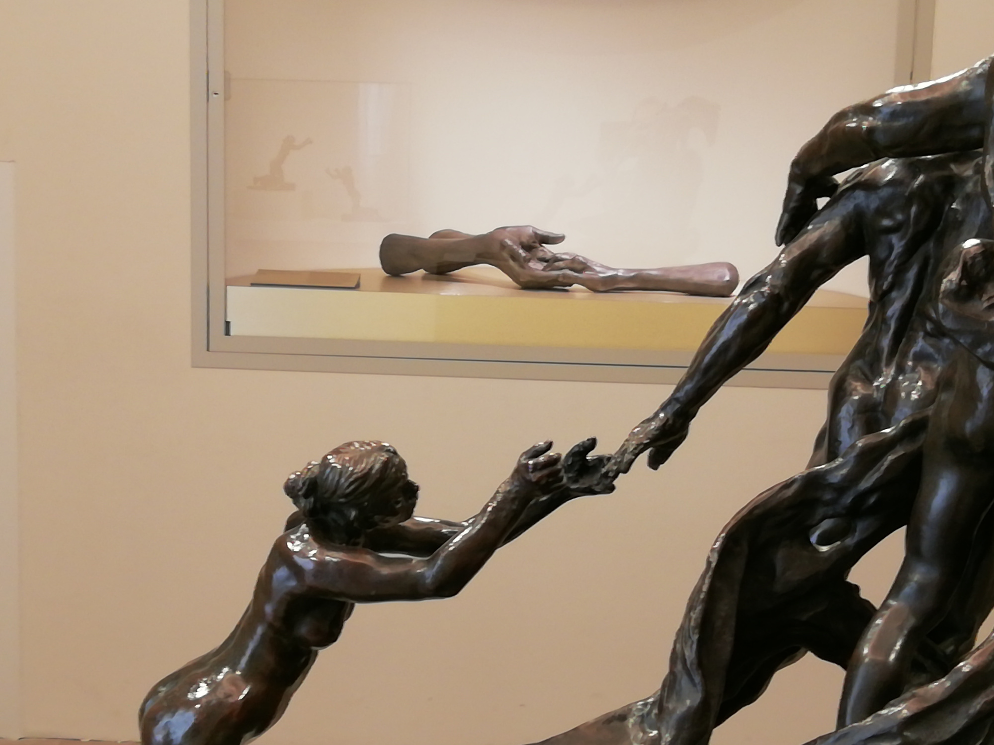 Detail van L'Âge mûr van Camille Claudel en The Welcoming Hands van Louise Bourgeois., musée Camille Claudel/photo Marco Illuminati / © The Easton Foundation/ADAGP, Paris 2019