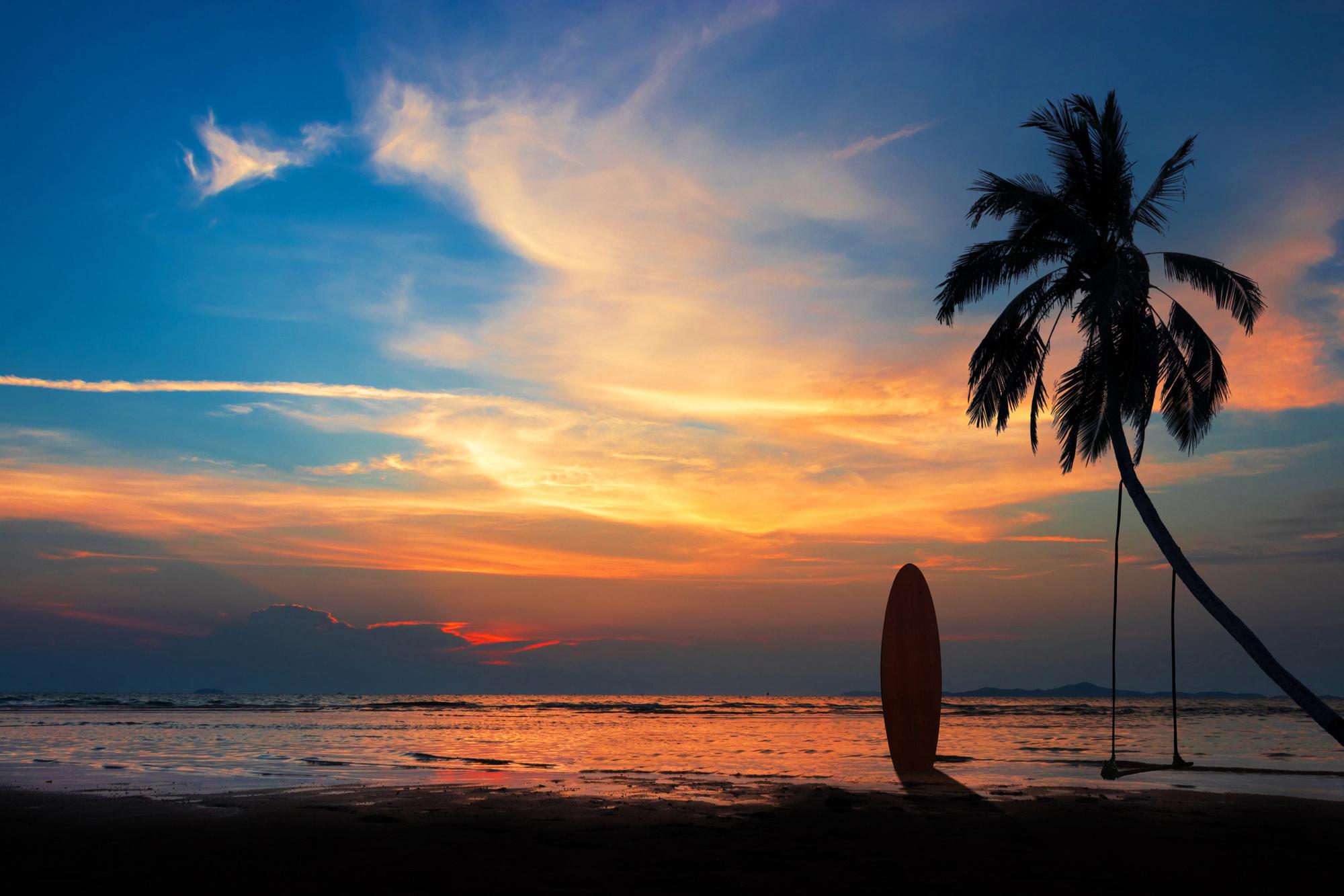Surfer sur les vagues de Khao Lak, Getty