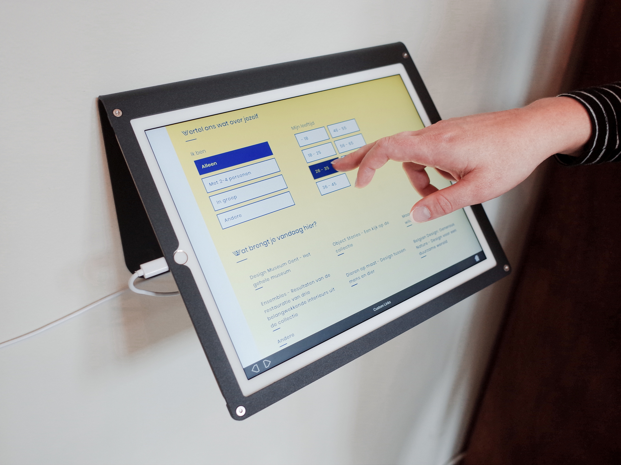 Op een tablet krijg je als bezoeker aanbevelingen voor andere bezienswaardigheden., Design Museum Gent