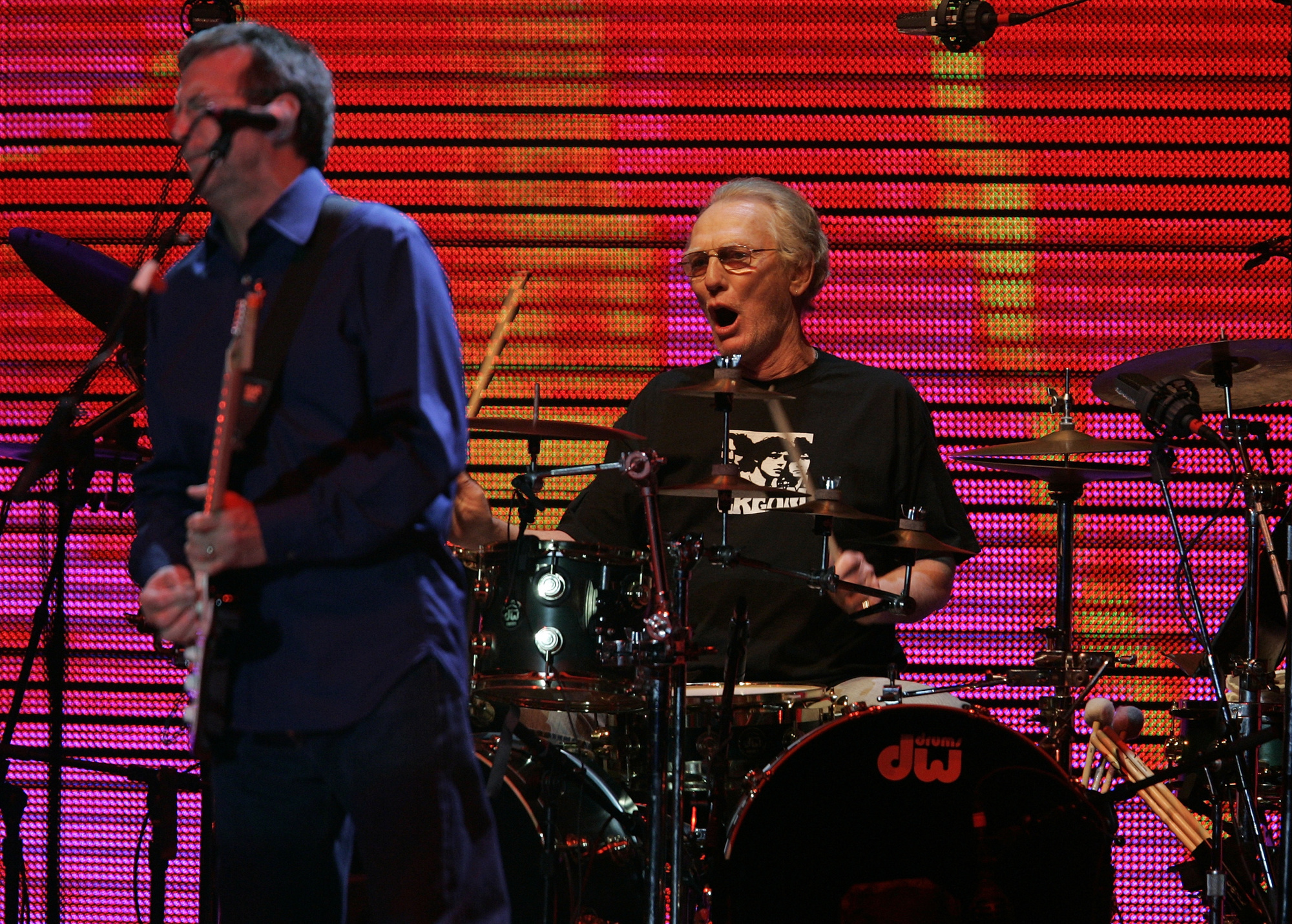 Ginger Baker aux côtés d'Eric Clapton durant un concert de réunion de Cream à Madison Square Garden, le 24 octobre 2005., REUTERS/Brendan McDermid