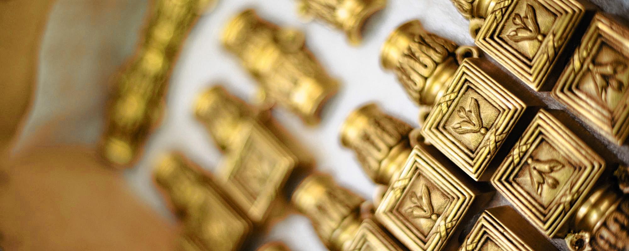 La maison propose aujourd'hui plus de 45.000 modèles de poignées et boutons de porte, béquilles, rosaces, heurtoirs, etc. , S. Derouaux