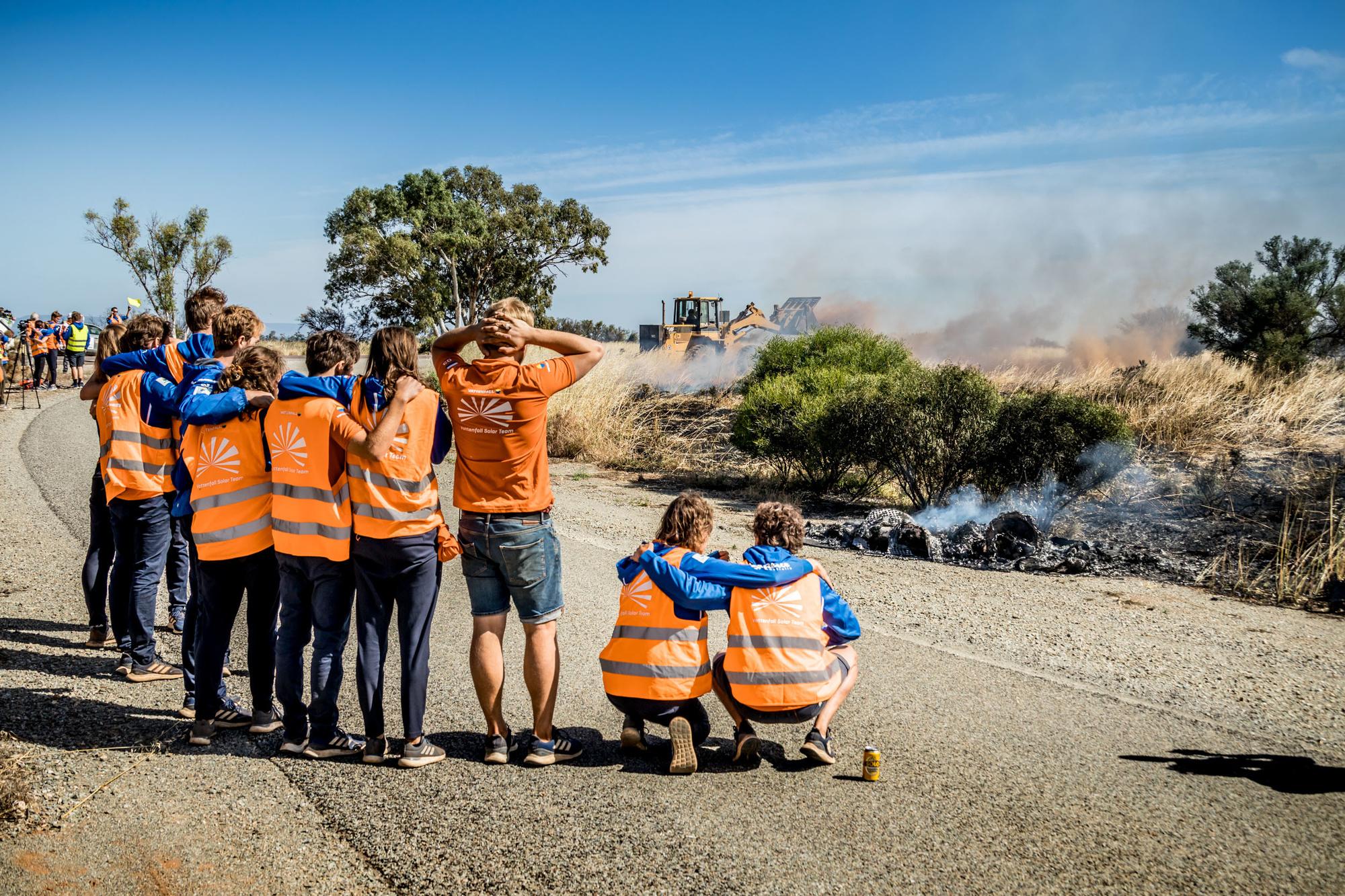 La voiture solaire de l'équipe de TU Delft s'est embrasée lors de l'étape finale du World Solar Challenge. Il n'en subsista que la plaque minéralogique et l'une ou l'autre cellule solaire. Le reste n'était plus qu'un petit tas de cendres de carbone., Jorrit Lousberg