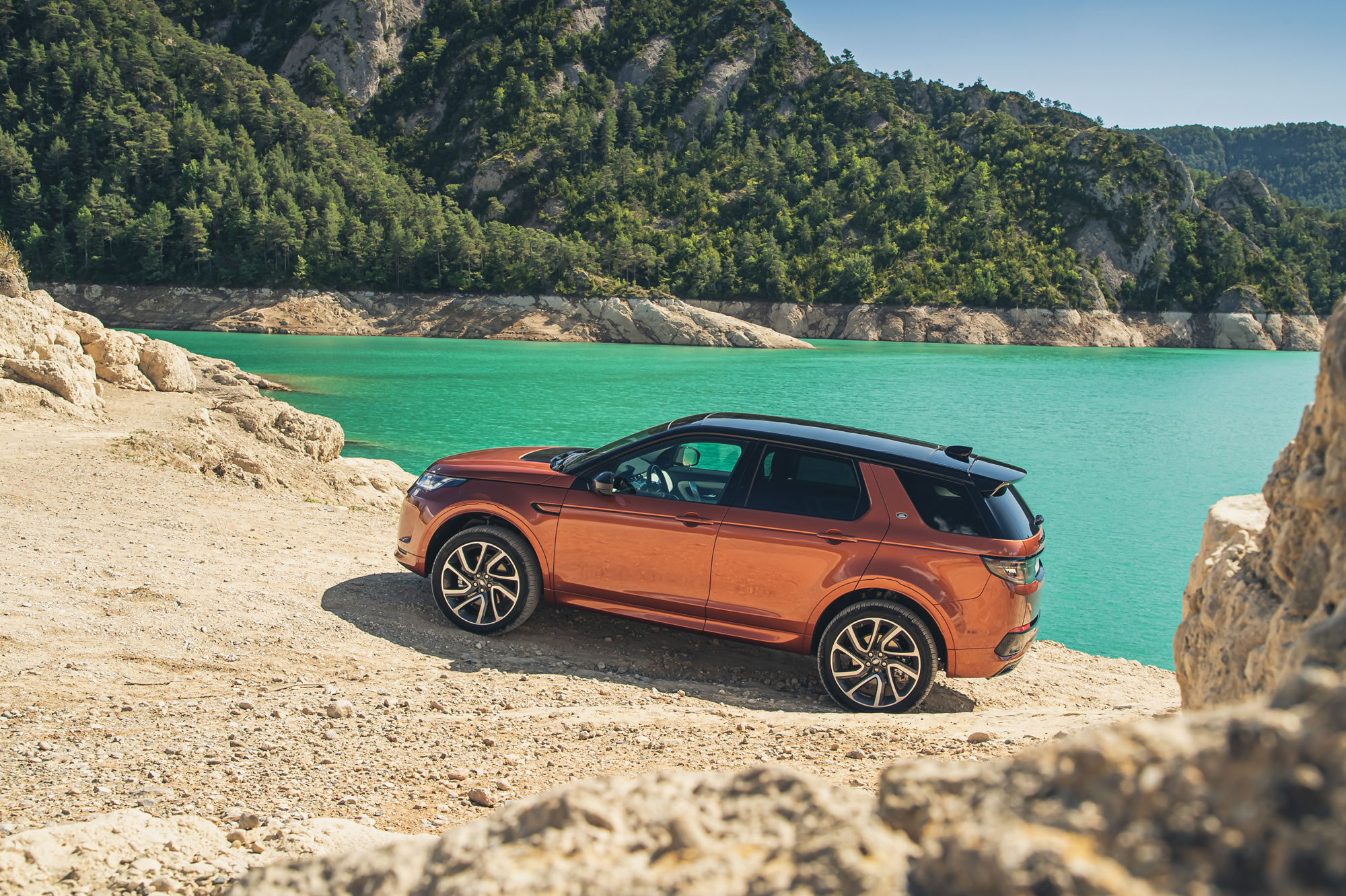 Land Rover Discovery Sport oogt stoer en cool., /