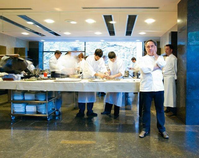 Le chef Ferran Adrià et sa brigade aux belles heures du restaurant elBulli., Jean-Pierre Gabriel