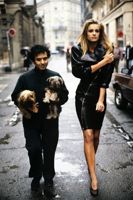 Azzedine Alaïa dans les rues de Paris en 1986., Getty Images