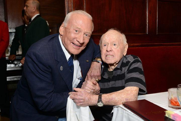 Buzz Aldrin et Mickey Rooney à la soirée d'anniversaire d' A. C. Lyles en 2013, Getty Images