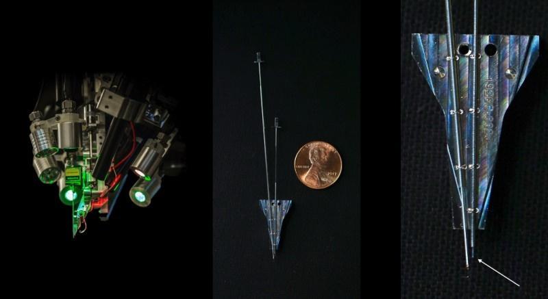 """Een robot brengt de elektroden aan via een ultradunne naald. De pijl op de foto rechts wijst naar die naald. """"Ze heeft een punt van 24 micron"""", vertelt Elon Musk. Ter vergelijking: een fijn haar is ongeveer 40 micron dik., Neuralink"""
