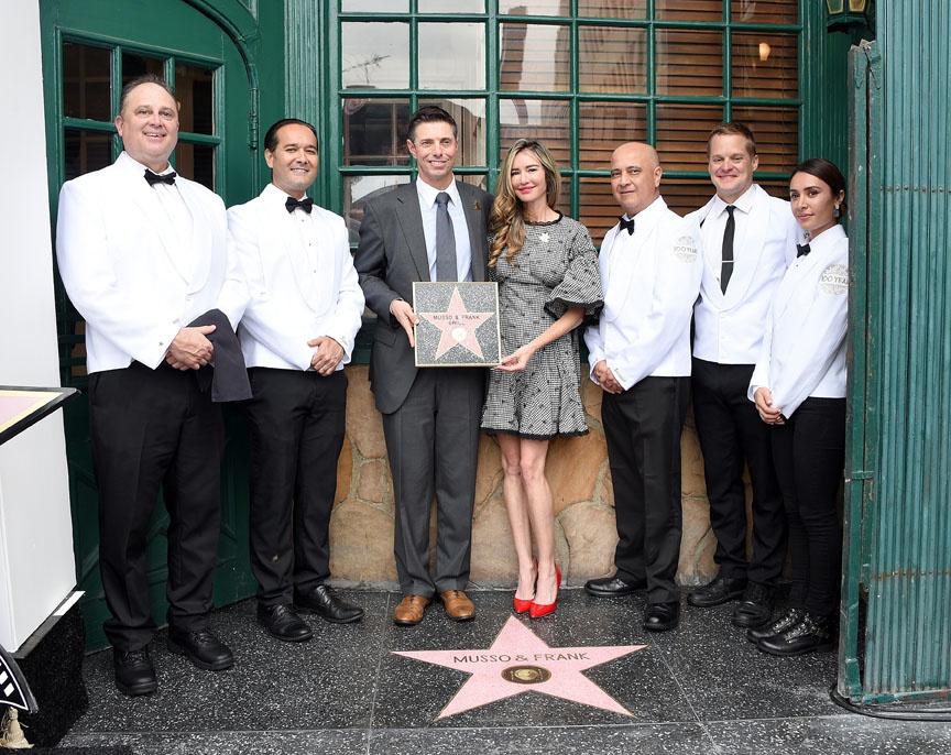 Le 27 septembre 2019, Mark Echeverria, patron du Musso & Frank Grill, son épouse Tina Echeverria et l'équipe devant l'étoile de Musso & Frank sur le Walk of Fame qui célèbre le 100e anniversaire du restaurant à Hollywood., Getty Images